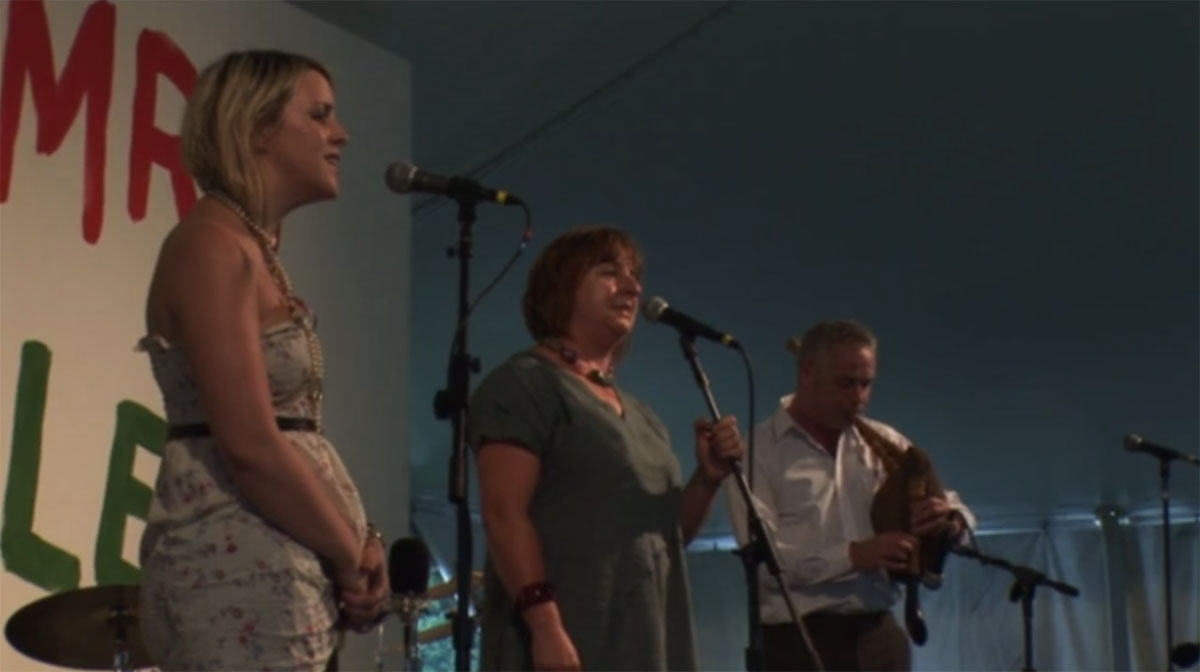 """Tra Bo Dau"": Linda and Lisa Griffiths Sing a Traditional Welsh Love Song"