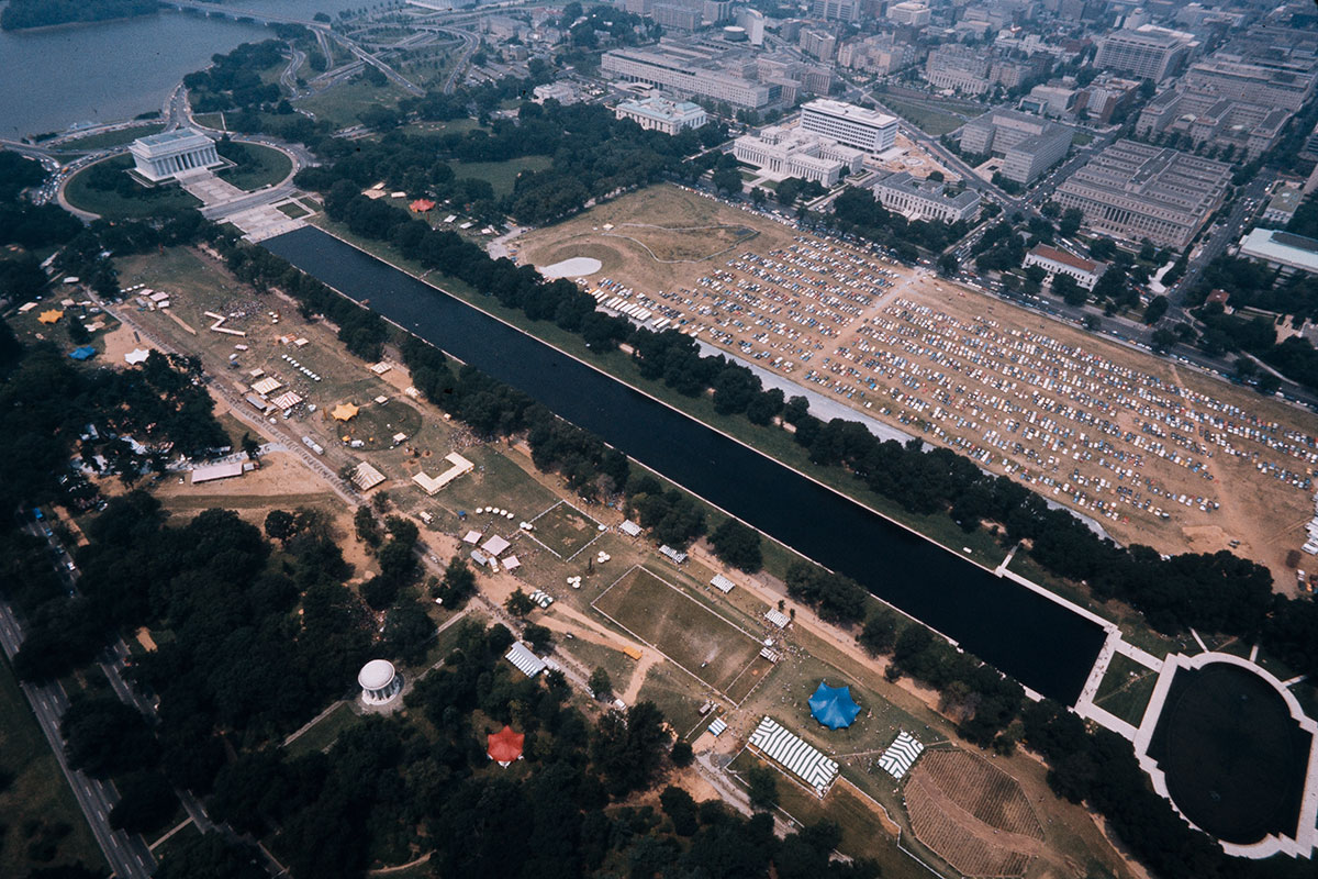 The 1974 Folklife Festival spanned from the Lincoln Memorial to what is now the World War II Memorial. Photo by Reed & Susan Erskine, Ralph Rinzler Folklife Archives