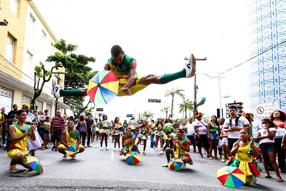 A troupe of frevo dancers, or passistas de frevo, performs in the streets of Recife during Carnival 2018. Photo  by Sérgio Bernardo, PCR