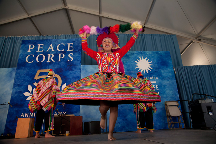 Dancers from the Peruvian dance school Raíces y Expresiones perform with Peru Gozando on the World Stage.