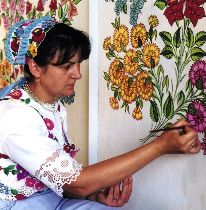 R&oacute;zsa T&oacute;th of Kalocsa continues the traditional practice of <i>ping&aacute;l&aacute;s</i>, which is painting freehand floral decorations on walls.