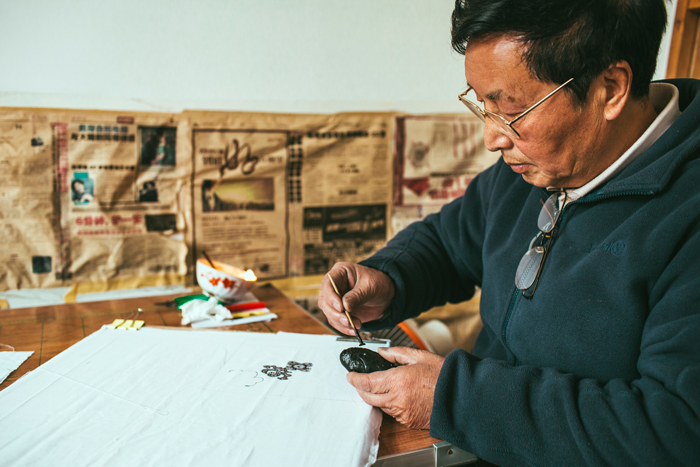 Yang Wenbin demonstrates the batik process, Leishan, Guizhou Province, 2014.