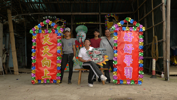 Choi Wing Kei and his staff pose with flower plaques produced for the Folklife Festival, 2014.