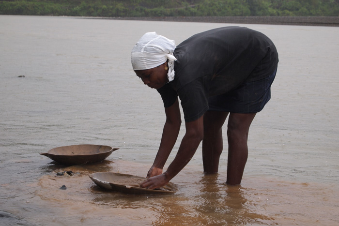 Panning for gold at riverbeds, photo by Cristina Diaz-Carrera, Smithsonian Institution