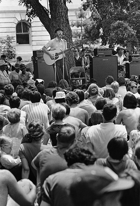 Pete Seeger performs at the 1970 Festival of American Folklife. Photo by Bill Pierce, Ralph Rinzler Archives and Collections, Smithsonian Institution