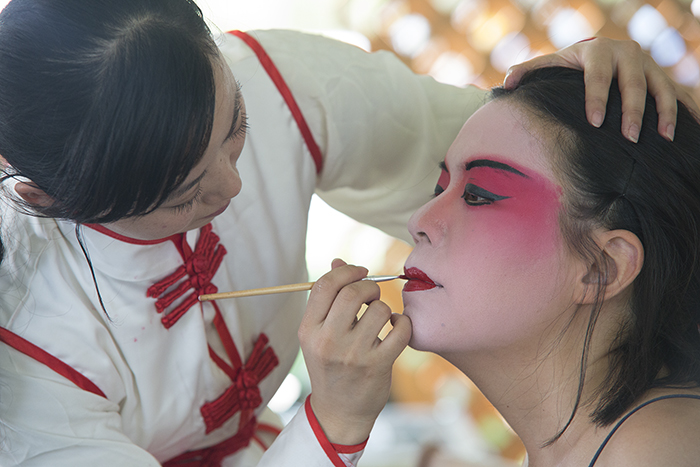 Members of the Zhejiang Wu Opera Troupe did some makeovers for visitors.
