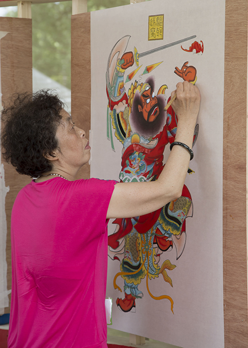 Chen Yuhua from Yangliuqing Fine Arts Press paints a new year's print.
