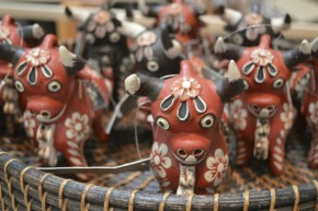 Terracotta bull ornaments sculpted by Mamerto Sanchez. Photo by Sarah Bluestein, Ralph Rinzler Folklife Archives