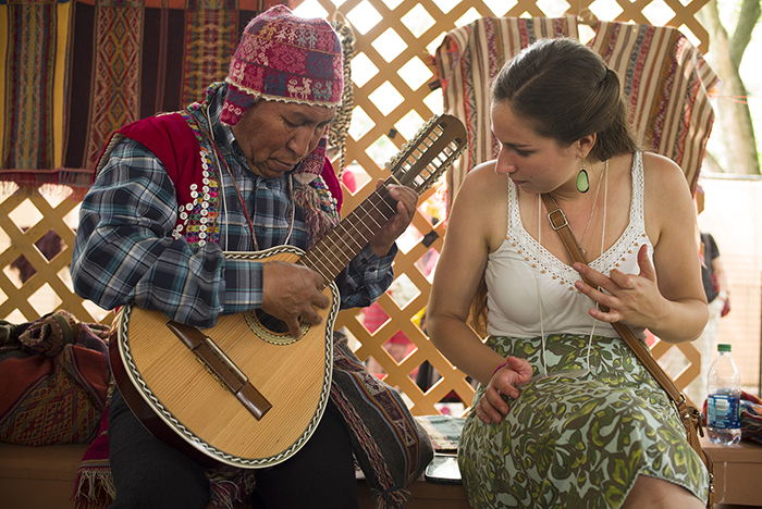 Weaver Timoteo Ccarita gave a bandurria lesson to presenter Violet Cavicchi. Photo by Vivianne Peckham, Ralph Rinzler Folklife Archives