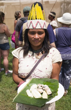 Odette Marlid Ramos shows off the patarshka fish dish she prepared in El Fogón. Photo by Vivianne Peckham, Ralph Rinzler Folklife Archives
